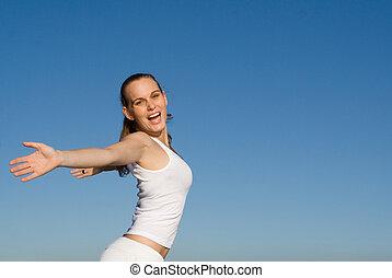 Feliz y sonriente joven con brazos extendidos