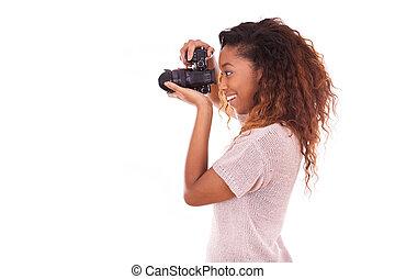 Fotógrafo afroamericano tomando fotos con una cámara DSLR
