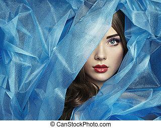Foto de moda de mujeres hermosas bajo velo azul