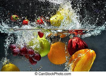 Fruta fresca salpica agua