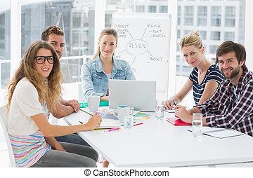 Gente de negocios casual en la mesa de conferencias