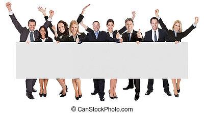 Gente de negocios excitada presentando estandarte vacía
