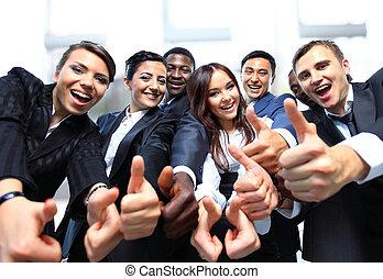 Gente exitosa de negocios con pulgares arriba y sonriendo