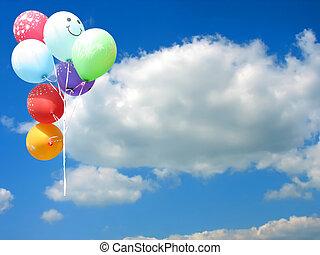 Globos de fiesta de color contra el cielo azul y lugar vacío para su texto