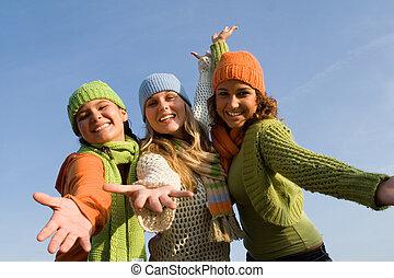 Grupo de chicas felices brazos extendidos en bienvenida