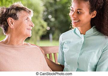 Hablando con la enfermera
