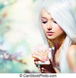 Hermosa chica de primavera con flor de rosa. Fantasía
