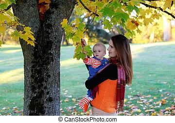 Hermosa madre feliz abrazando a la niña con amor