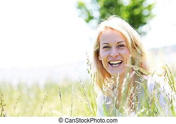 Hermosa mujer en el campo en verano