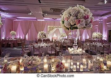 Hermosamente decorado el salón de baile de bodas