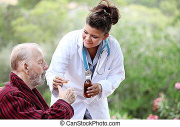 Hombre mayor con médico o enfermera