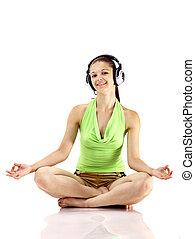 Jóvenes hermosas mujeres felices escuchando música con auriculares