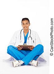 Joven trabajador médico indio