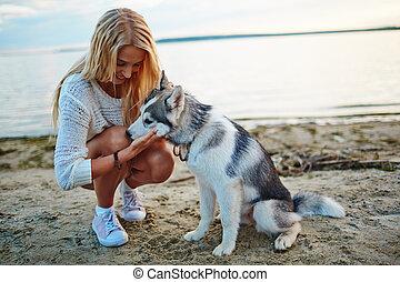 La chica y su mascota