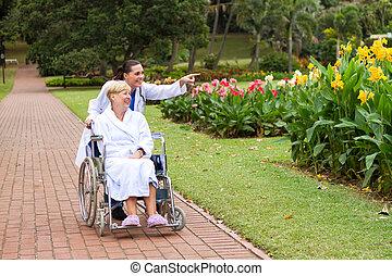 La enfermera está paseando