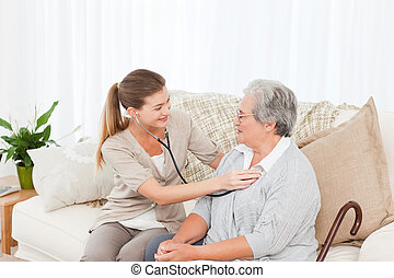 La enfermera se lleva el latido de su paciente