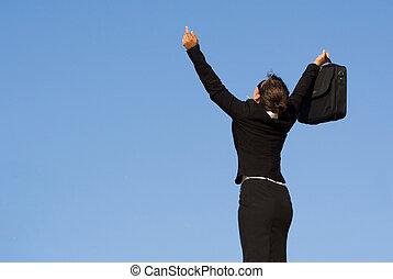 La joven mujer de negocios se alzó en el triunfo felicidad y éxito