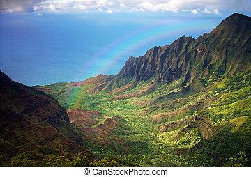 La línea costera de Kauai tiene una vista aérea con el arco iris