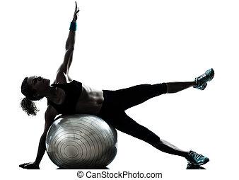 La mujer ejercitando el ejercicio de la pelota
