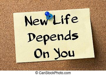 La nueva vida depende de ti, etiqueta adhesiva clavada en el tablón de anuncios