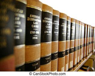 Libros legales en un estante de libros