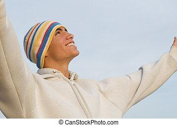 Los brazos de un joven feliz alabados