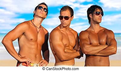 Los hombres se relajan en la playa