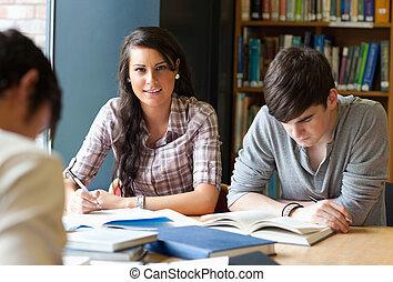 Los jóvenes adultos estudiando