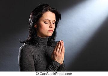 Los ojos de la religión cerraron a la joven en oración
