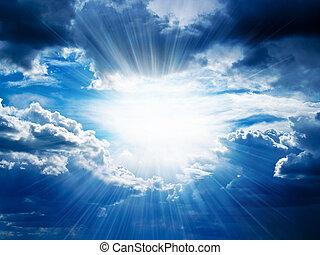 Los rayos de sol atraviesan las nubes