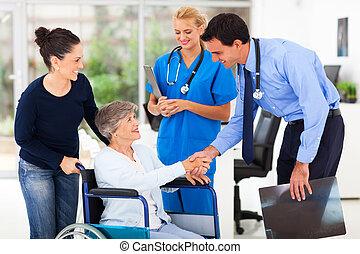 Médico amistoso saludando a un paciente mayor
