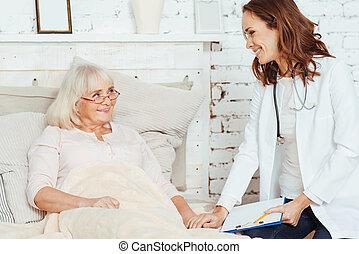 Médico profesional visitando a ancianas