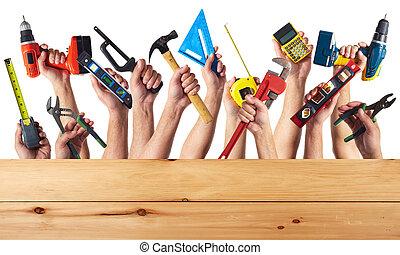Manos con herramientas DIY.
