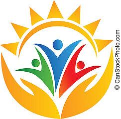 Manos de trabajo en equipo y logotipo solar