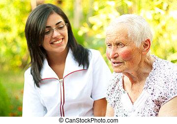 Me preocupa que la doctora escuche a la vieja