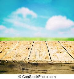 Mesa de madera vacía al aire libre, en el campo