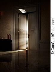 Misteriosos rayos de luz detrás de la puerta