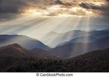 Montañas Apalaches, rayos de luz crepusculares en las crestas de Blue Ridge Parkway, NC viaja de destino escénico en Carolina del Norte Occidental