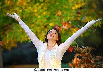 Mujer alegre en otoño