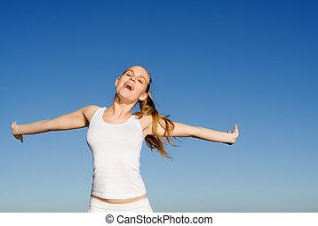 Mujer feliz cantando o gritando