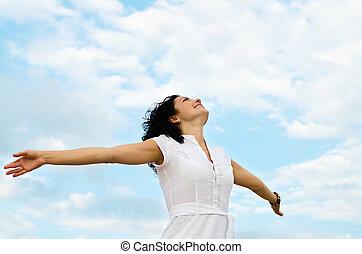 Mujer feliz con brazos extendidos