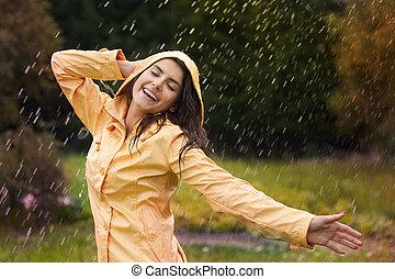 Mujer feliz disfrutando de la naturaleza
