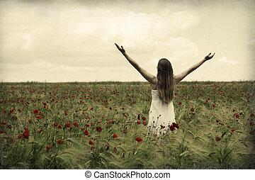Mujer feliz en la pradera.