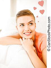 Mujer feliz enamorada soñando en casa