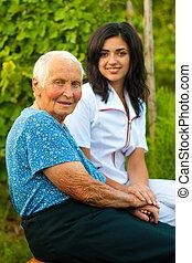 Mujer mayor al aire libre con doctor / enfermera
