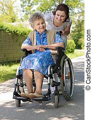 Mujer mayor al aire libre
