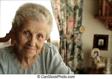Mujer mayor con ojos brillantes
