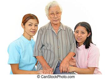 Mujer mayor con personal médico