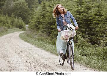 Mujer pasando el día en el bosque