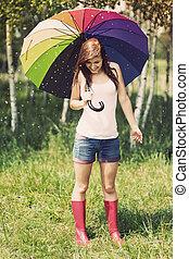 Mujer sonriente en un día lluvioso de verano